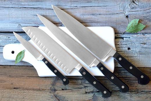 Das Messer gehört zu den wichtigsten Kochutensilien eines Kochs. Hier finden Sie Chinesische, Japanische und Europäische Messer für Ihren Bedarf.