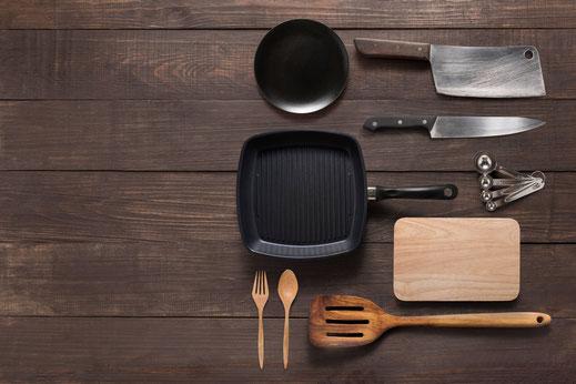 Neben Kochtöpfen und Kasserollen bieten wir Ihnen ein breites Sortiment an von u. a. Kochmessern, Woks und Reiskochern.