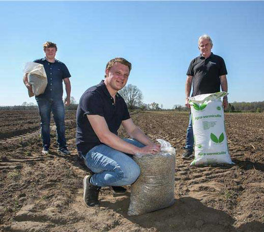 Working together on the project (from left): ESB employee Sven van den Berg, Simon Bartholomes from Dibella and farmer Gregor Elsinghorst, who provided the area on Winterswijker Strasse where the flower meadow is to be built. ©Sven Betz