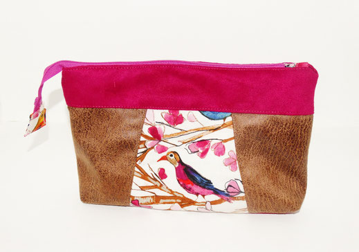 grande pochette à maquillage femme colorée , faux cuir camel vieilli, suédine fuchsia, tissu blanc avec oiseaux, 2 compartiments zippés
