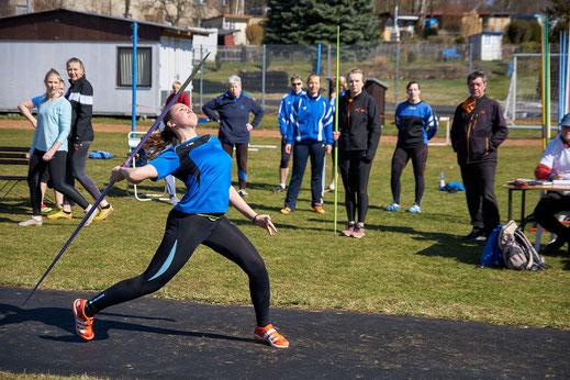 Bei den Mitteldeutschen Hallenmeisterschaften ließ Julia Förster (WU20) den Speer 35,37 Meter weit fliegen und verdiente sich damit Silber.