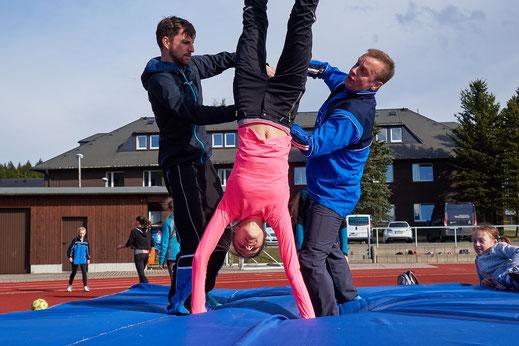 Svenja Koban (W14) gehört einfach auf die Hochsprungmatte. Bei den Mitteldeutschen Hallenmeisterschaften übersprang sie als einzige 1,66 Meter und nahm Gold mit nach Hause. Die D-Kader Norm (1,60m) hat sie ebenfalls geknackt.