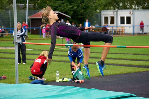 Mit 1,63 m springt Svenja Koban auf Platz 3 der deutschen Bestenliste in der W13.