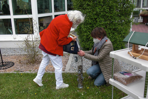 Ingrid Schubert (LBV Mühldorf) und Kathrin Lichtenauer (LBV-Projektleiterin) beim Befüllen einer Futtersäule © Stift St. Veit