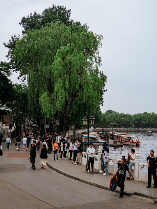 Busy promenade alongside the lake
