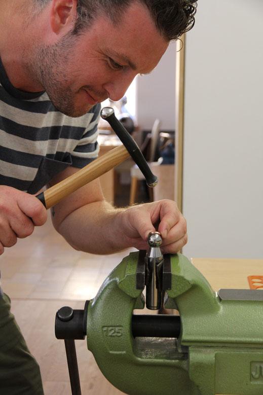goldschmiede-atelier-herzog-ehering-workshop-hämmern