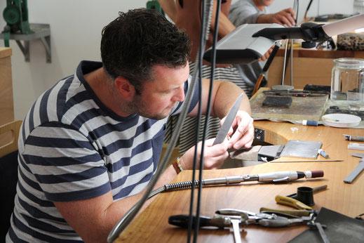 goldschmiede-atelier-herzog-ehering-workshop-feilen