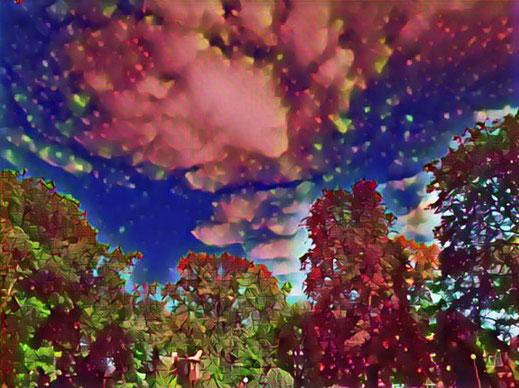 Wolkenbild mit digitalem Filter in Rot und Blau