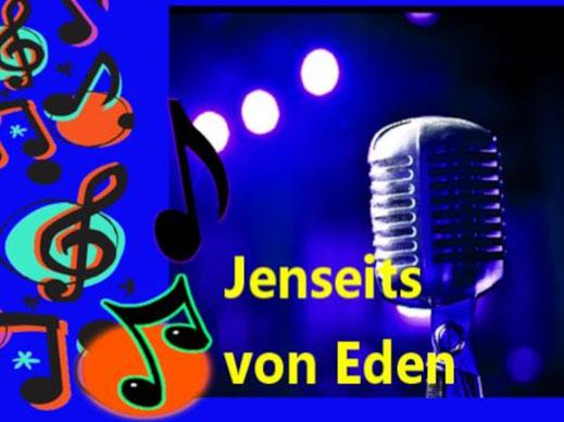 Dieses Bild zeigt ein Mikrofon vor einer Leinwand mit Scheinwerfern und Noten. Das Thema: Jenseits von Eden im Schlager, im Film und in der Bibel.