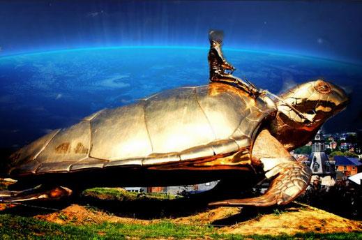 """Dieses Foto zeigt die """"Goldene Schildkröte von Namur"""" des Künstlers  Jan Fabre."""