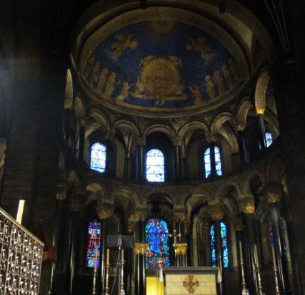 Dieses Bild zeigt symbolisch die Resonanz, die von den Gläubigen in einer Kathedrale ausgehen kann. Die durchdachte Architektur einer Kathedrale kann dieses Resonanz verstärken und auf die Gläubigen zurückleiten.