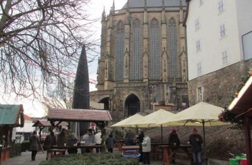 Dieses Foto zeigt eine Teil des beliebten Erfurter Weihnahctsmarktes auf dem Domplatz.