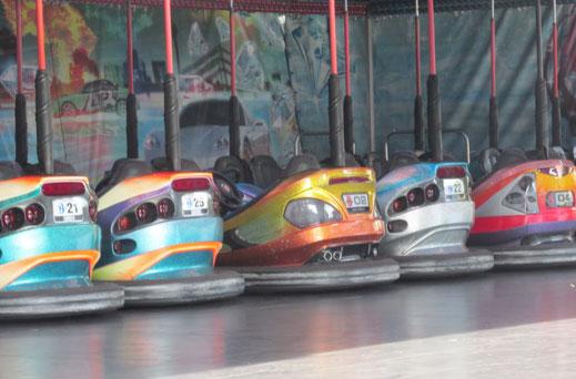Dieses Foto zeigt bunte Auto Scooter auf einer Kirmes.