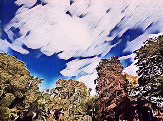 Wolkenbild mit auffälligem Blau-Weiß Kontrast