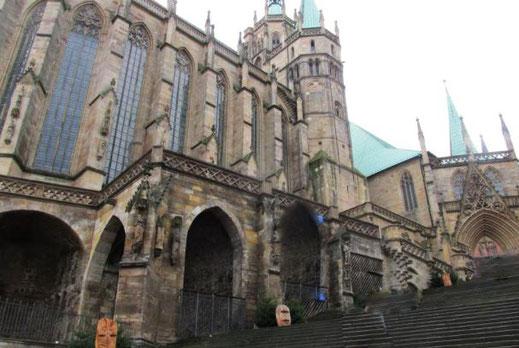 """Dieses Fotot zeigt den Erfurter Dom in der Ansicht des Haupt-Portals. Der Dom ist über 1000 Jahre alt. Im innern schwingt die berühmte Glocke """"Gloriosa""""."""