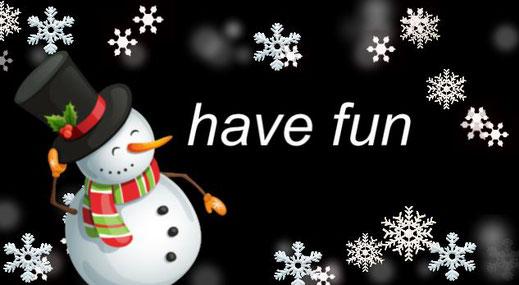 Dieses Bild zeigt einen Schneemann mit reichlich Schneeflocken. Der Titel lautet: have fun.