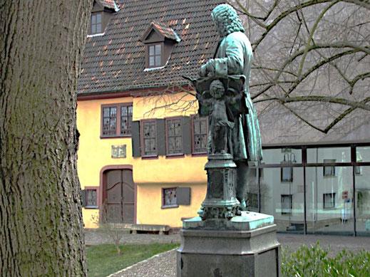 Die Bach Statue in Eisenach steht als Titelbild für einen Text zum Thema: Musik liegt in der Luft.