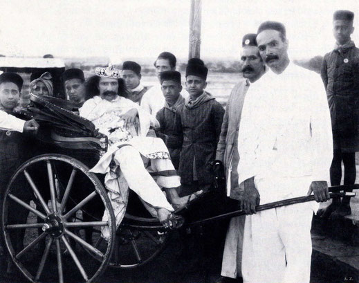 1928 : Meher Baba being pulled in a rickshaw by Baidul (L) & Sailor (R) and the ashram boys in Nasik, India. Courtesy of LM p.1092