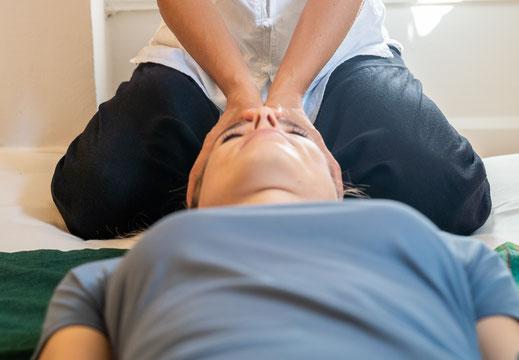 Shaitsu Behandlungen eignen sich auch für Schwangere, Babys, Kinder, Jugendliche und Erwachsene. Als dipl. Shiatsu-Therapeutin über ich mit dem Fingerdruck sanfte Pressuren aus, welche zur Schmerzlinderung helfen.