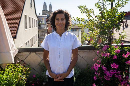 Noré Parada ist Shiatsutherapeutin und führt eine Praxis mitten in Zürich an der Marktgasse 18. Ganz zentral gelegen nur wenige Minuten vom Hauptbahnhof oder Stadelhofen entfernt. Als Shiatsu- und Schmerzexpertin hilft sie Ihr Wohlbefinden zu steigern.