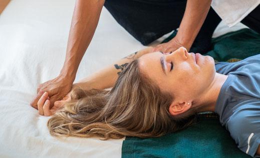 Die Behandlung von Shiatsu ist eine Therapieform bei der Sie sich entspannen können. Überlassen Sie es Noré Parada an Ihrem Körper zu arbeiten. Zentral gelegen unterhalb des Kunsthauses in Zürich.