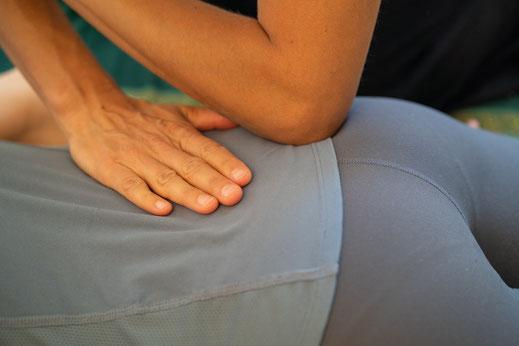 Rückenschmerzen lindern, Verspannungen lösen oder akute Bandscheibenvorfälle therapieren mit der sanften Methode von Shiatsu.  Körper, Geis und Seele in Einklang bringen. Die Praxis ist zentral gelegen in der Nähe des Bellevue in Zürich.