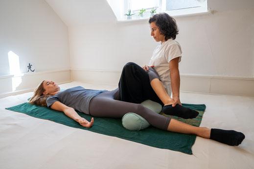 Der Schwerpunkt in der Shiatsu-Therapie liegt in der Schmerzlinderung auf der physischen und energetischen Ebene. In meiner Praxis in der Nähe vom Zürichsee und nur wenige Minuten von Zollikon, Küsnacht, Wädenwil oder Zumikon, erreichen Sie die Praxis.