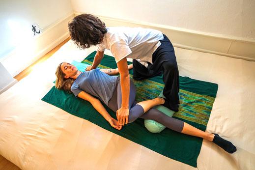 Die Shiatsutechnik ist eine Therapiemethode und wird in der Praxis von Noré Parada mit Achtsamkeit angewendet. Die Meridiane werden angeregt und führen zu einem erhöhten Energiefluss (Qi). Mitten in Zürich in der stillen Oase abtauchen und entspannen.