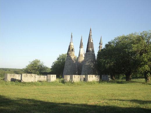 Eines der vielen von Bogdan Bogdanovic gestalteten Gedenkstätten im ehemaligen Jugoslawien: das KZ in Jazenovic; Von Modzzak - Eigenes Werk, CC BY-SA 3.0, https://commons.wikimedia.org/w/index.php?curid=8040645