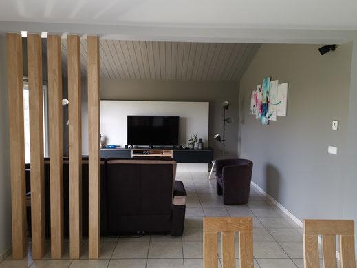 Ce chantier a été réalisé à St Georges de Montaigu. L'idée était de rentre plus naturel le salon avec une séparation en poutre de bois.