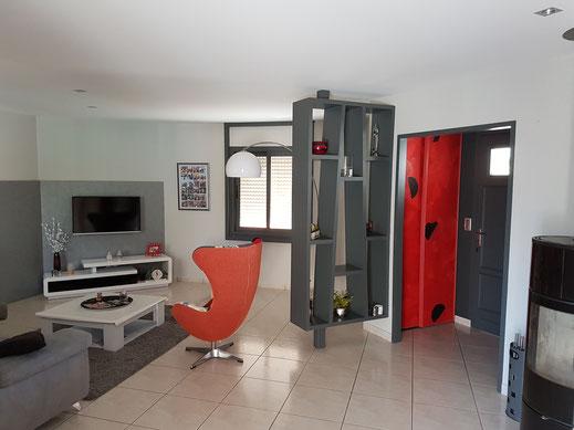 C'est chantier déco réalisé à St Georges de Montaigu dans un salon. Du mobilier contemporain à été créé en rouge et anthracite