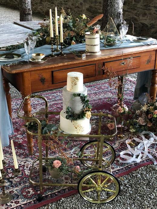 Vintage Stühle leihen, Tische leihen, Messingkerzenständer leihen, Vintgegeschirr leihen, Kristallgläser leihen, Barwagen, Vasen, Tischläufer, Servietten leihen