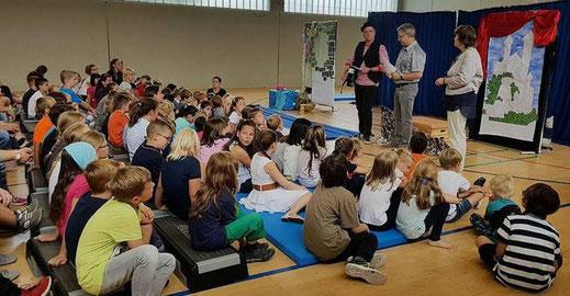 """Wir freuen uns, dass wir das Projekt """"Musik für Pänz"""" der Initiative Dormagen unterstützen dürfen. Hier bei der Geldübergabe an die Henri-Dunant-Schule in Delrath"""