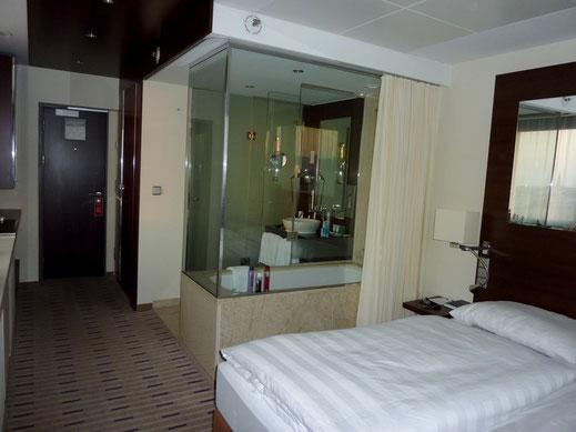 Blick auf die Badewanne & den Eingangsbereich im Park Inn Hotel