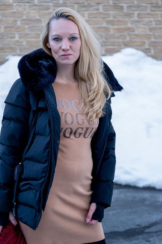 Warme Winter Outfits: Keine Zeit für Eitelkeiten. Wer sich im Winter warm, aber trotzdem schick kleiden möchte, muss unter Umständen ein paar Abstriche machen. Wie man in Strickkleid & Daunenjacke dennoch gut aussehen kann, zeigt Bloggerin Franny Fine | Hot Port Life & Style | 30+ Style Blog