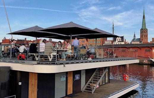 Terrasse auf Ponton mit Sonnenschutz