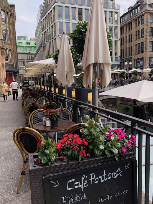 Moderner Biergarten in der Stadt