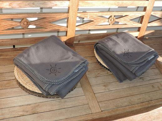 Flauschy Fleece Decken auf Gastronomie Terrasse