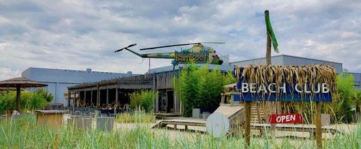 Dekoration im Biergarten mit Hubschrauber