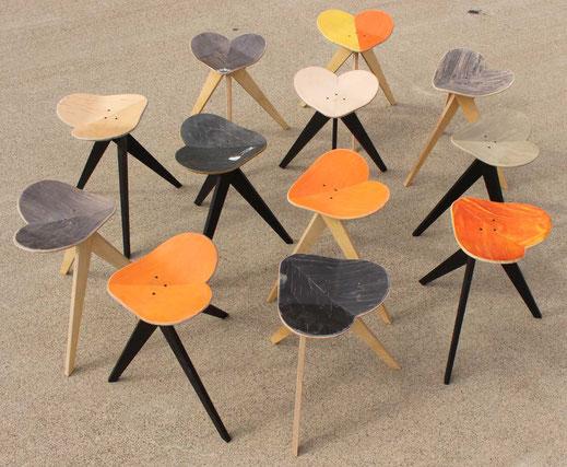 Mietmobiliar aus recyceltem Material. Designmöbel zur Miete und zum Verleih. Herzförmige Hocker für deinen Event als Leihmöbel.