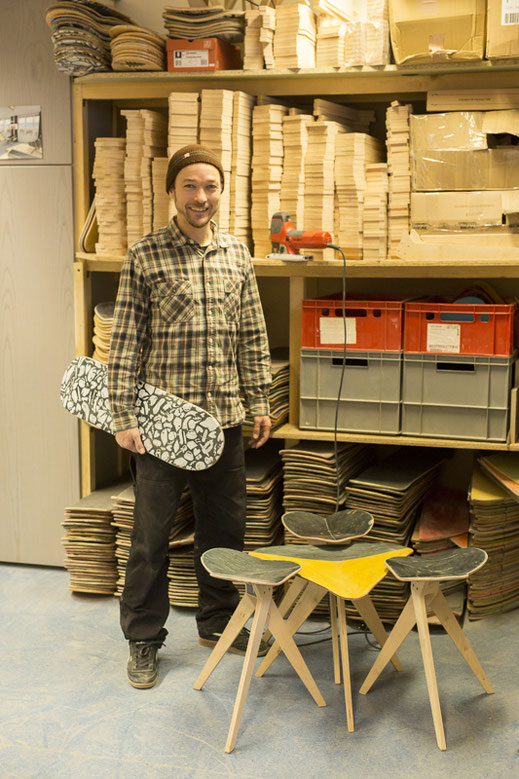 Regal mit grosser Sammlung an gebrauchten Skateboards. Diese werden restauriert und in Recycling Möbel umgewandelt. Woddshop with a big stack of old skateboards which will be transformed into uocycling furniture.