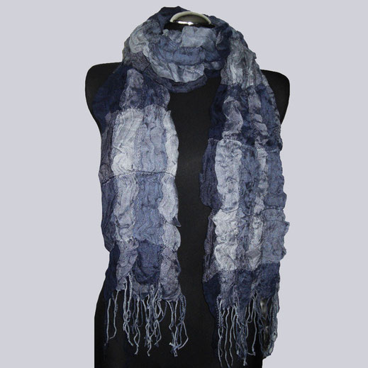 Wunderschöner Viscose-Crash Schal in tollen Blautönen.
