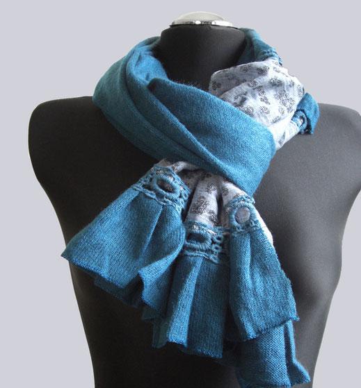 Ein schöner Schal mit Häkeleinsatz und kleinem Blumen-Print.