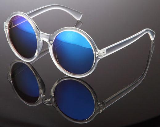 Schöne, verspiegelte Sonnenbrille mit blauen Gläsern und transparentem Gestell. Chic!