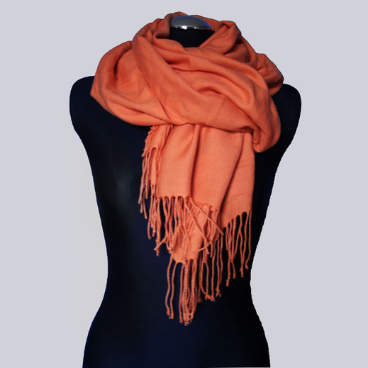 Ein wunderschöner, breiter Schal aus einem tollen, weichen Material, orange.