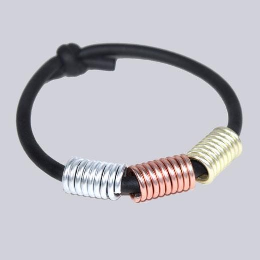 Wunderschönes Armband. Silber-, rosegold-, champagnerfarben. Ein schwarzes, elastisches Armband mit schönen Elementen. Lagenlook Modeschmuck - designed by My-Levanjo.
