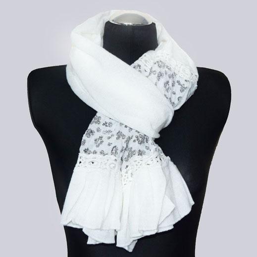 Ein schöner, weißer Schal mit Häkel-Optik und schönem Einsatz