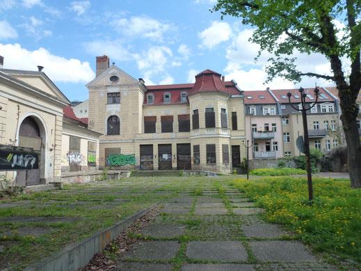 Ansicht des verlassenen Schauspielhauses mit Gittern an den Fenstern aus dem Jahr 2013