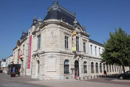 Le musée des Beaux-Arts et d'Archéologie de Châlons-en-Champagne est un musée français installé place Godart. Il est créé en 1794 sous le nom de muséum départemental pour recueillir les biens mobiliers des émigrés et des maisons religieuses. Les frontons