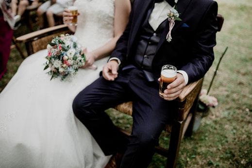 Freie Trauung in Tiste beim Klostergut Burg Sittensen mit fotografin Vanessa Teichmann Samuelsen und der rednerin Jasmin Rathke von Trauzucker aus Hamburg. Sommer 2018 Hochzeit Vintage Wedding mit Bier in der Hand